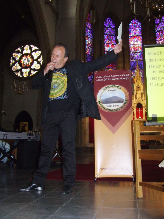 """Yavuz Nufel met zijn gedicht """"het leven"""""""